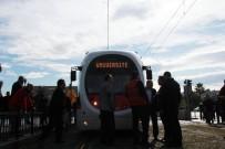 CUMHURİYET MEYDANI - Tramvayın Çarptığı Yaşlı Adam Yaralandı