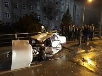 HIPODROM - Otomobil, Belediye Temizlik Aracına Çarptı Açıklaması 2 Yaralı