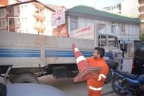 KALDIRIMLAR - Zabıta Ve Emniyet Müdürlüğü Ekipleri Tarafından Duba Ve Yelken Bayrakları Kaldırıldı