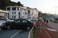 SAHİL YOLU - Şoför Direksiyonda Uyudu, Kaldırımı Aşıp Park Halindeki Araçların Arasına Daldı