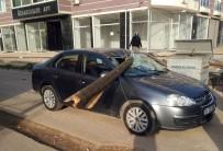 ÇANKAYA MAHALLESİ - Çürüyen Telefon Direği Otomobilin Üzerine Düştü