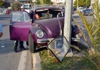 MİTHAT PAŞA - Otomobil Elektrik Direğine Çarptı Açıklaması 2 Yaralı