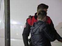 KAĞIT TOPLAYICISI - Sokakta Tartıştığı Dört Kişi Tarafından Darp Edilen Ayakkabı Boyacısını Polis Kurtardı