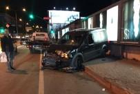 BAĞDAT CADDESI - Bağdat Caddesi'nde Araba Yayaların Üstüne Çıktı