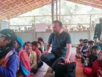 İNSANLIK DRAMI - Belediye Başkanı Doktor Kıyafetini Giydi, Kamplarda Çocukları Tedavi Etti