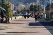 AYDER - Rize Şehir Merkezinde Vatandaşlar Güneşin Keyfini Çıkartırken Yaylalar Kar Altında