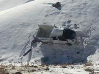 DURANKAYA - Kamyonet Şarampole Yuvarlandı Açıklaması 2 Yaralı