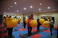 SAĞLIKLI YAŞAM - Erdemlili Kadınlar, Belediyenin Spor Merkezinde Form Tutuyor
