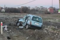 YOLCU OTOBÜSÜ - 14 Yaşındaki Çocuğun Kullandığı Araç Otobüsle Çarpıştı Açıklaması 1 Yaralı
