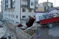 ÜNİVERSİTE ÖĞRENCİSİ - Eşya Yüklü Kamyonet Duvara Çarptı, Öğrenci Çatıya Uçtu