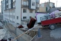 ÜNİVERSİTE ÖĞRENCİSİ - Kamyonet Duvara Çarptı, Öğrenci Çatıya Uçtu