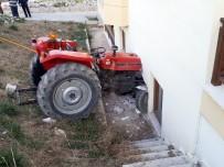 KARAHAYıT - Kontrolden Çıkan Traktör Yatak Odasına Daldı