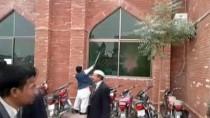 ADLİYE BİNASI - Pakistan'da Avukatlar Adliye Bastı