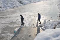 YAĞAN - Yüksekova Deresi Çocukların Kayak Pisti Oldu
