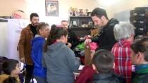 AKÜLÜ SANDALYE - Ayvalık'ta İhtiyaç Sahibi Çocuklara Bot Ve Mont Yardımı