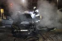ÇÖP KONTEYNERİ - Çöp Konteynerinde Çıkan Yangın, Park Halindeki Otomobili Yaktı