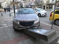 BURSA BÜYÜKŞEHİR BELEDİYESİ - Kaldırıma Çıkan Sürücü, Belediye Panosuna Çarparak Durabildi