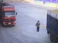 KAMYON ŞOFÖRÜ - Dikkatsiz İşçi Kamyonun Altında Kaldı