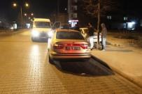 Makas Atan Motosiklet Park Halindeki Otomobile Çarptı Açıklaması 2 Yaralı