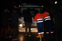 TAKSİ ŞOFÖRÜ - Şişli'de Şiddetli Yağmurla Oluşan Çukura 2 Araç Düştü