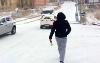 İLGİNÇ GÖRÜNTÜ - Karlı Ve Buzlu Yolda Penguen Gibi Yürüyün