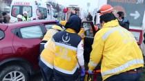 AKARYAKIT İSTASYONU - Otomobil Tabelaya Çarptı Açıklaması 1 Yaralı