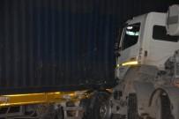 BETON MİKSERİ - İzmir'de TIR İle Beton Mikseri Çarpıştı; 1 Kişi Yaralı