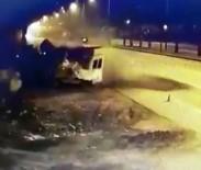 YUSUF YıLDıZ - Tırın Polis Kulübesine Çarptığı Kaza Kamerada