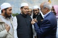 KUTSAL EMANETLER - Hindistanlı Akademisyenlere Türk Bayraklı Rozet