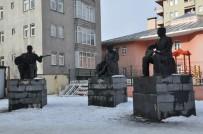 Kars'taki Aşıklar Heykelleri Kaderine Terk Edildi