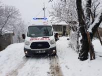 AKARYAKIT TANKERİ - Kocaeli'de Karda İlerleyemeyen Ambulansın Yardımına Belediye Ekipleri Yetişti