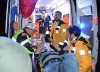 KAVACıK - Kontrolden Çıkan Otomobil Reklam Tabelasına Çarptı Açıklaması 2 Yaralı
