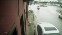 Savrulan Otomobilin Yayaya Çarpma Anı Güvenlik Kamerasında