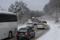 MANGAL KEYFİ - Uludağ'da Kar Yüzünden Yol Kapandı Kilometrelerce Kuyruk Oluştu