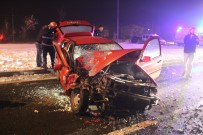 Otomobil Kırmızı Işıkta Bekleyen Minibüse Çarptı Açıklaması 6 Yaralı