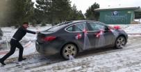GELİN ARABASI - Kar Nedeniyle Yolda Kalan Gelin Arabasını Damat İtekledi
