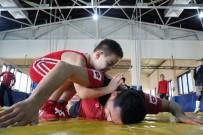 TAHA AKGÜL - Milli Güreşçi Taha Akgül İle Mindere Çıkan Down Sendromlu Emirhan Dünyaya Örnek Oluyor