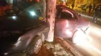 Direğe Çarpan Otomobil Hurdaya Döndü