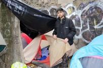 MANŞ DENIZI - Paris'te Sokakta Yaşayan Sığınmacılar Zor Günler Geçiriyor