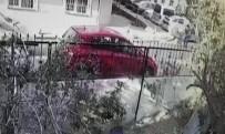 PİTBULL - Pitbullun Sokak Köpeğine Saldırdığı Anlar Kamerada