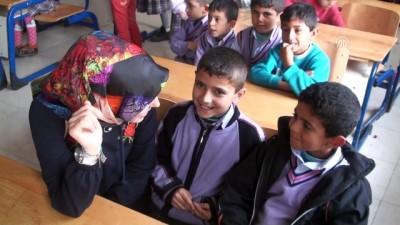 Üniversite Öğrencilerinden Türk Ve Suriyeli Çocuklara Destek