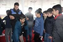 AHMED-I HANI - Hakkari Polisinden Öğrencilere Giyim Yardımı