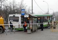 METRO İSTASYONU - Moskova'da Otobüs Durağa Daldı