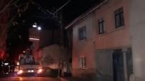ELEKTRİK AKIMI - Tutuşan Elektrik Kabloları Bir Mahalleyi Elektriksiz Bıraktı