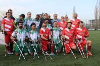 ENGELLİ MEMUR - Engelliler Günü'nde Sakatlanan Afrikalı Futbolcunun Yardımına Başbakan Yardımcısı Koştu