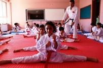 İstanbul'dan Geldi, Köy Çocuklarına Ücretsiz Karate Öğretiyor