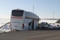YOLCU OTOBÜSÜ - Yolcu Otobüsü İle Otomobil Kafa Kafaya Çarpıştı Açıklaması 1 Ölü, 2 Yaralı
