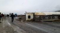 AKARYAKIT TANKERİ - Tanker Devrildi, Tonlarca Yakıt Yola Döküldü