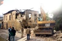 BELEDİYE ENCÜMENİ - Akdeniz'deki Metruk Bina Ekipler Tarafından Yıkıldı