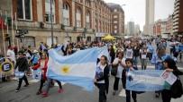 JUAN - Arjantin'de, Kaybolan Denizaltının Mürettebatı İçin Yürüyüş